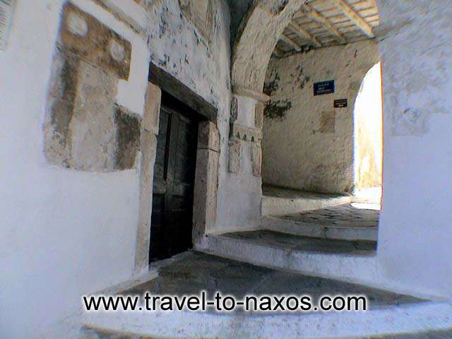 Crossroad in the narrow pathways of Chora castle. NAXOS PHOTO GALLERY - CHORA CASTLE